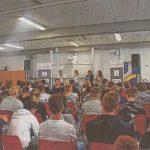 Azubis reden in lockerer Talkrunde über ihre Arbeitgeber