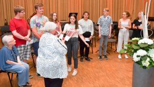 Jutta Pfingsten (vorne) dankt den Schülerinnen und Schülern im Beisein der Projektleiterin Käthi Liko (links) für ihr Engagement (Foto: Michael Korte)