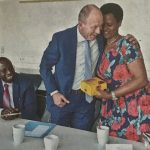 Herzlich bedankte sich OB Bernd Tischler für das Präsent, das ihm Louise Uwimana überreichte. Rechts im Bild Dr. Pascal Bataringaya (Foto: Heinrich Jung)