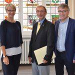 Jürgen Trick (m.) wurde von Dorothee Feiler und Wolfgang Weber für 40 Jahre im Schuldienst geehrt. (Foto: Bez.Reg. Münster)