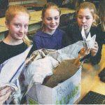 Mülltrennung am Heinrich-Heine-Gymnasium: Maja, Sophia, Katharina und Emma sortieren Altpapier. Foto: Thomas Gödde / Funke Foto Services